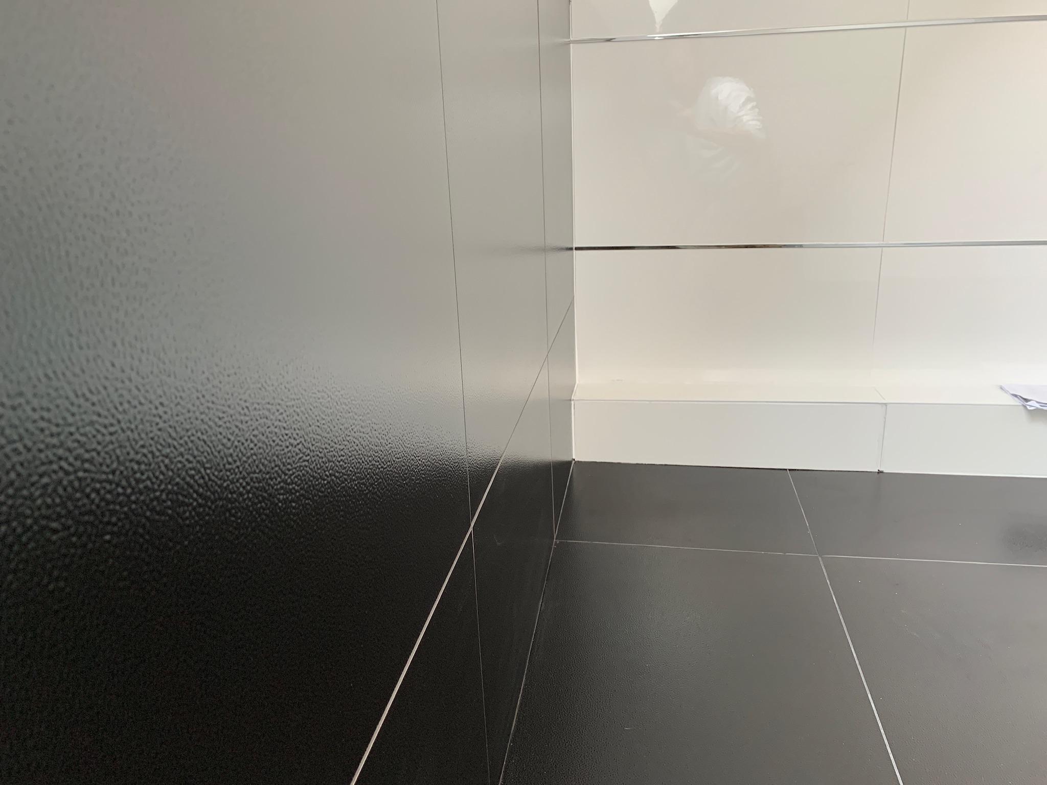 pose carrelage sol et mur effet cuir noir